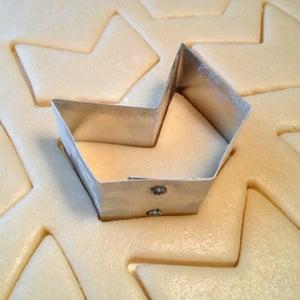 400px cookie cutter cutting dough1