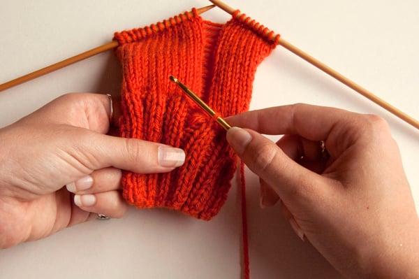 knitting_droppedstitch_inserthook2
