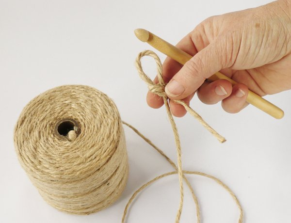 crochet-jute-wallhanging-02slipknot