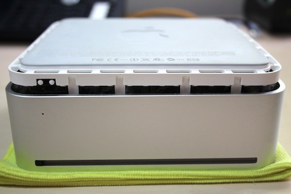 Separating the base and lid of the Mac mini