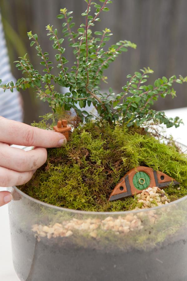 Make your own hobbiton miniature garden for Como hacer un jardin pequeno