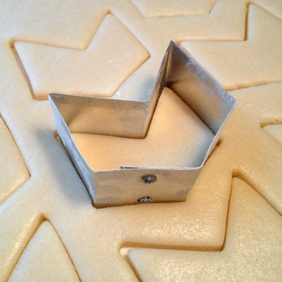 400px cookie cutter cutting dough1