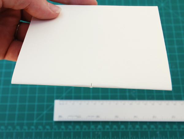 levar uma assinatura e fazer um pequeno corte no meio do lado dobrado