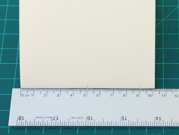 Corte dois entalhes 1cm (aproximadamente 1/2IN) longe de cada aresta