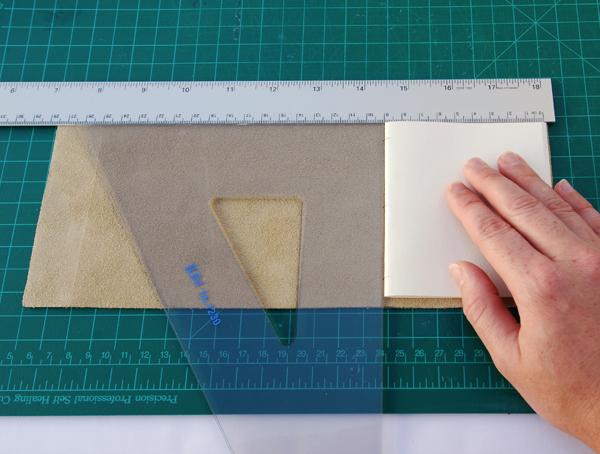 Coloque uma assinatura para o interior da tampa de couro.
