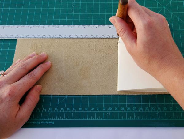 Faça um furo no couro ao lado de cada um dos três furos em sua assinatura.