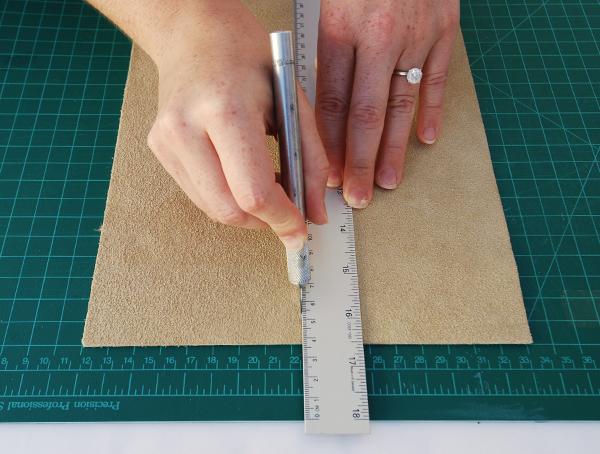 Corte o couro em um 10,5 centímetros (4 1/4in) bandas largas